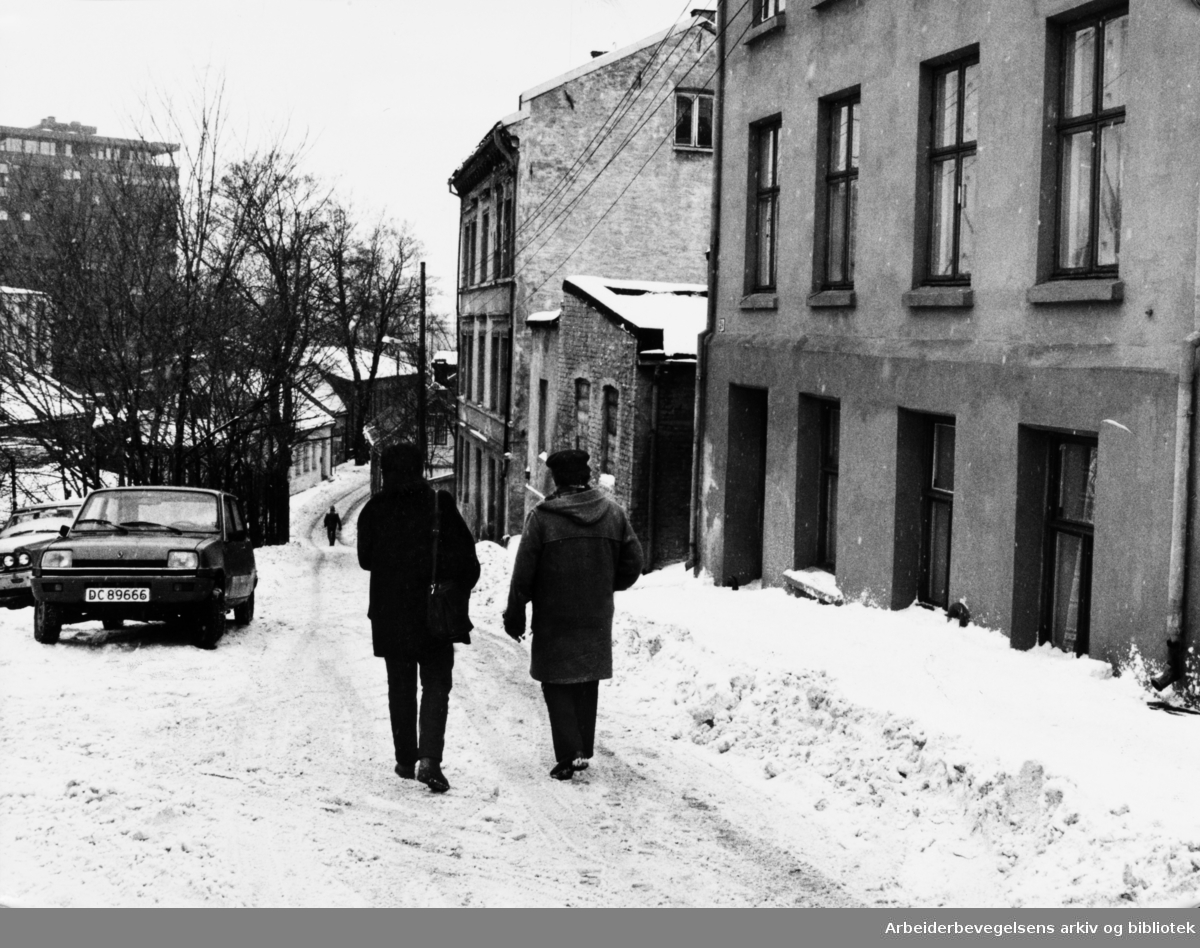 Brinkens gate, Brinken. Erik Melvold og Mona Larsen er ute og spaserer. 3. februar 1984
