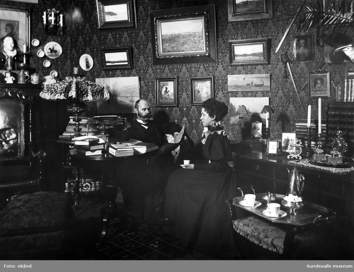 Borgerlig interiör. Häradshövding och tillika advokat Carl Magnus Stjernström och hans hustru Kristina Josefina, som enligt 1907 års telefonkatalog bodde på Rådhusgatan 1.
