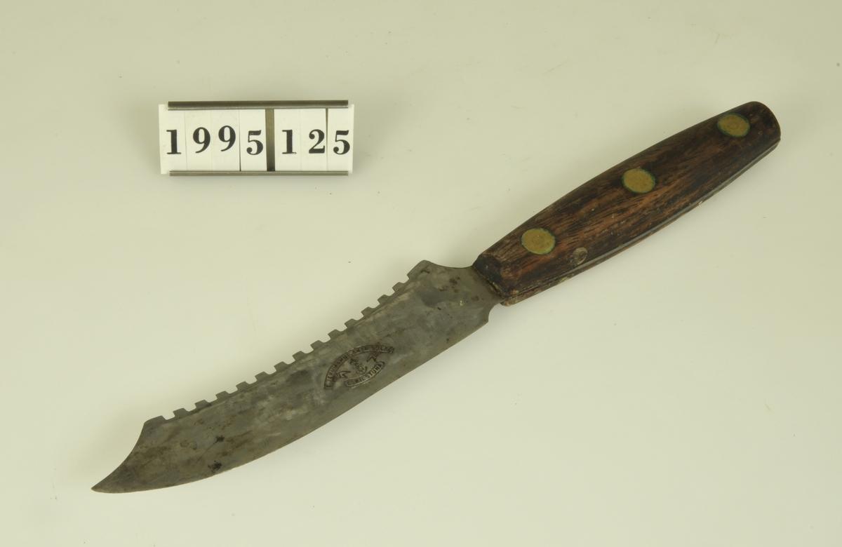 Blad av rostfritt stål med träskaft med mässings- nitar. Märke: E Jernmanufaktur Aktiebolag Eskilstuna.