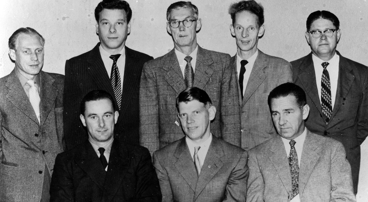 8 män ur Svenska Metallindustriarbetarförbundets avdelning 206:s styrelse i en gruppbild. Sittande från vänster: Knut Andersson Karl Börjesson
