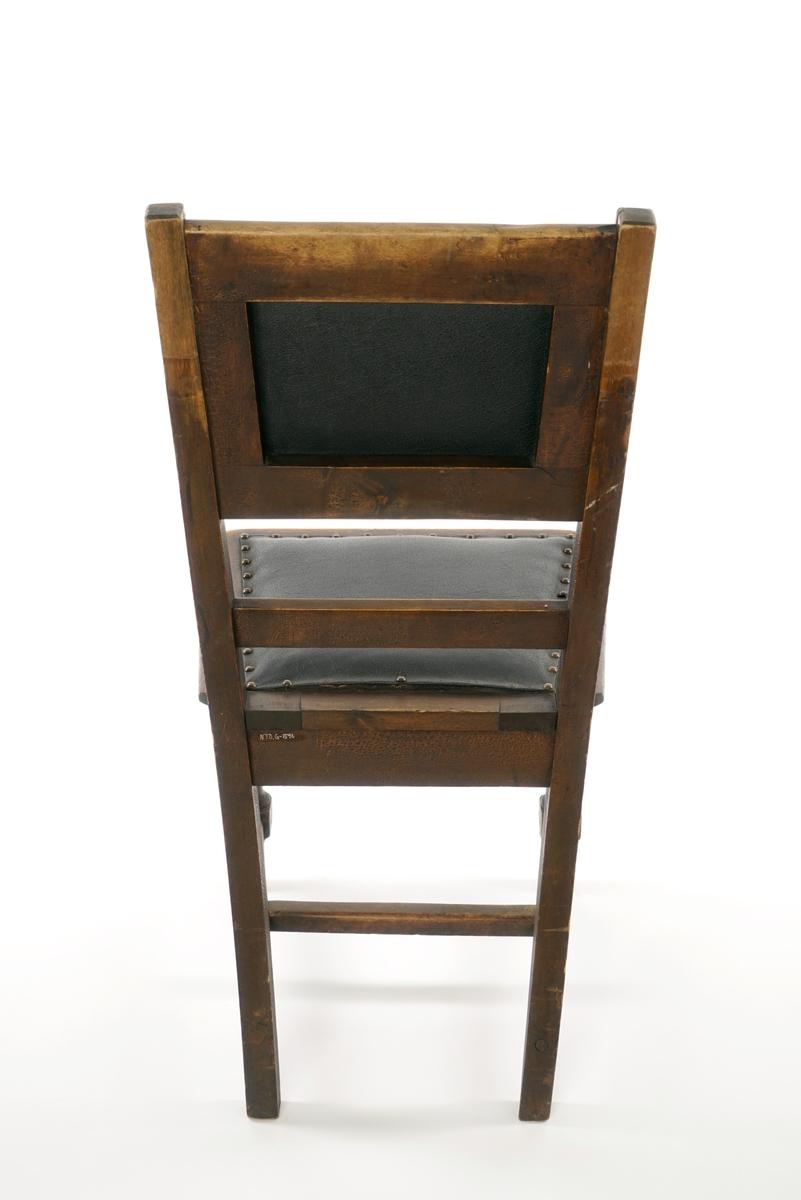 Stol av tre med fire ben, hvor forbena er dreid. Sete og rygg er polstret og belagt med lær/skinn som er festet med nagler. Undersiden av setet består av krysslagte tekstilbånd i en grov toskaftsbinding.