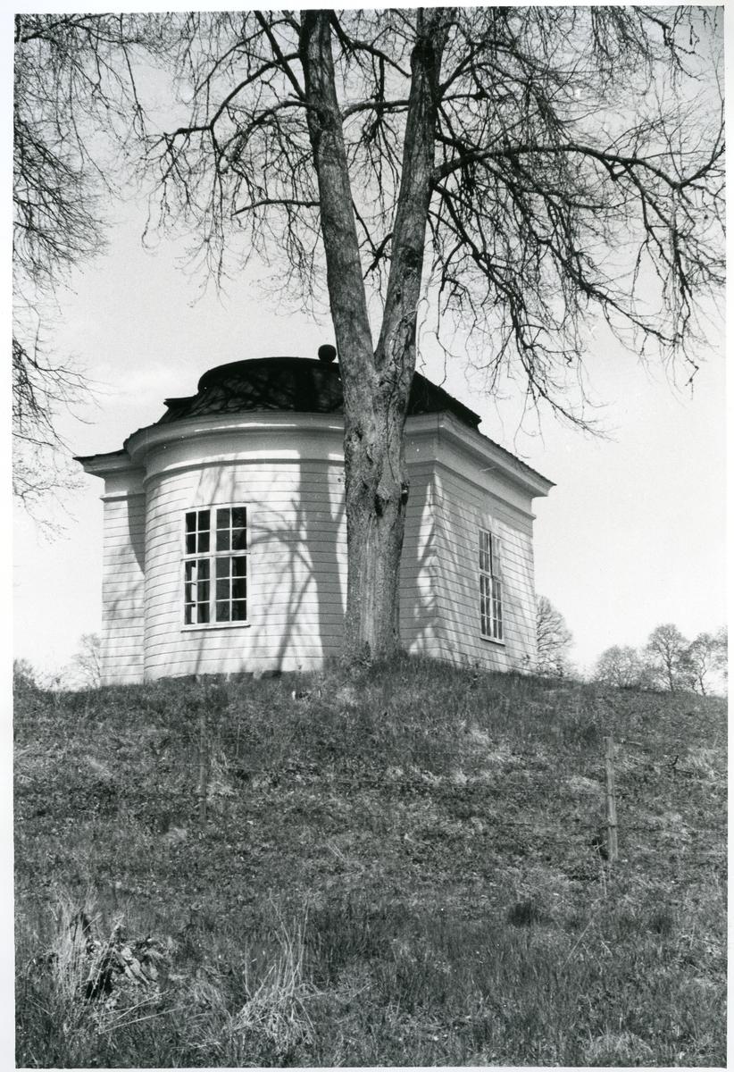 Gunnilbo sn, Färna herrgård.  Exteriör av lusthuset, med stort träd framför.