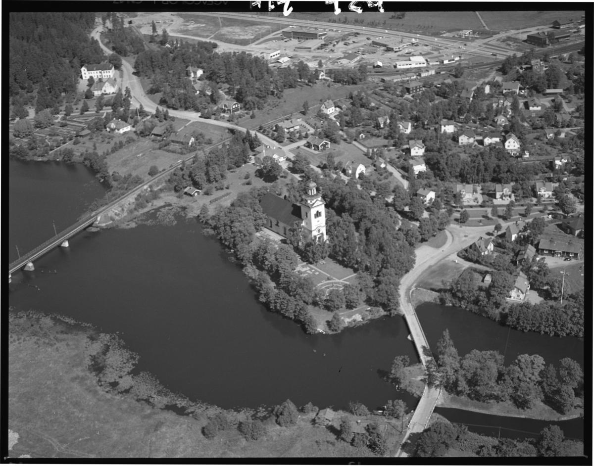 Flygfoto över Västanfors kyrka, Fagersta. Tagen 1965 av AB Flygtrafik Dals Långed.