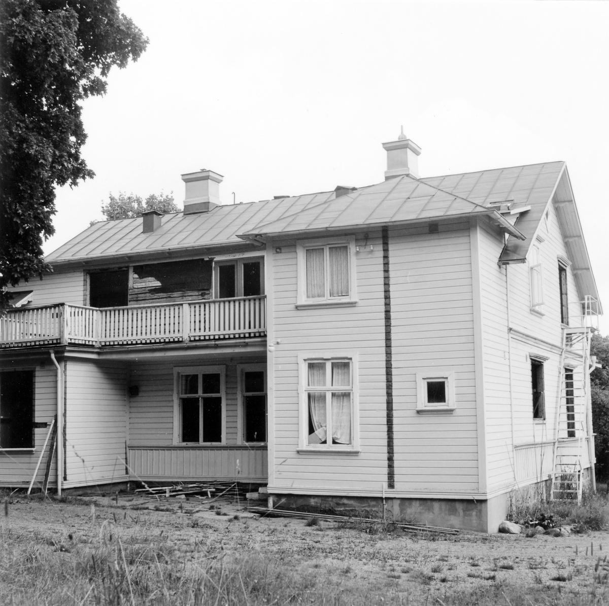 Baksidan på före detta barnhem vid Solstrandsvägen i Prästeryd. Tillbyggt och ombyggt trähus i två våningar med liggande och stående fasadpanel. Rödmålat plåttak. Gulmålad fasad. Byggnaden revs i augusti 1978.
