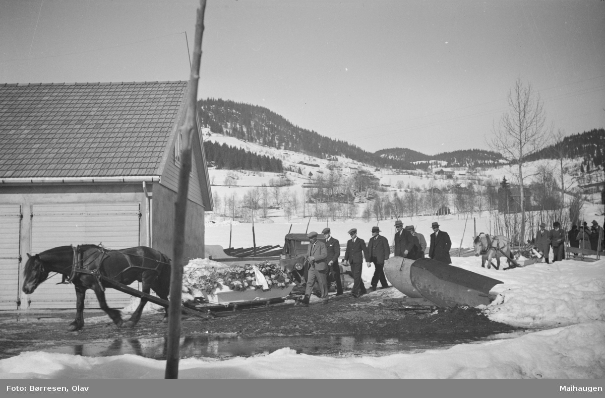 Begravelsesfølge fra Vestre Gausdal gamlehjem (Jordet) for Olaus Kalstadstuen og Olaus (Gardom) Amundsen. To hester med slede med kister underveis til Vestre Gausdal kirke
