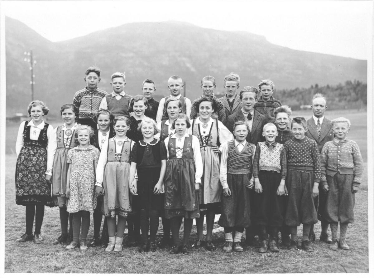 Elevane ved Forberg skule fotografert i 1941. Læraren er Ketil Bergland.