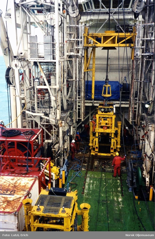 """Deler til brønnrammen som skal kobles sammen på Nornefeltet, står på dekket til supplyskipet """"CSO Seawell""""."""
