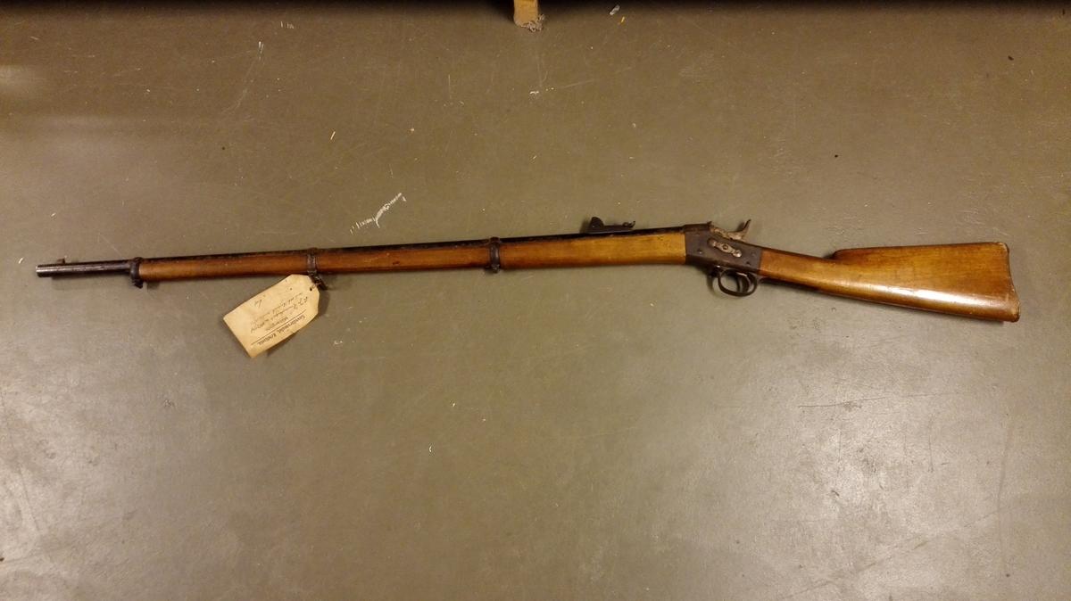 Form: 12 mm Remingstongevær no 44274 med sabelbajonet, modell 1870. Gåve frå Det Norske Hovudarsenal ved Felttøimesterekspedition i henhold til Forsvarsdepartementets skrivelse av 19 april 1940 .