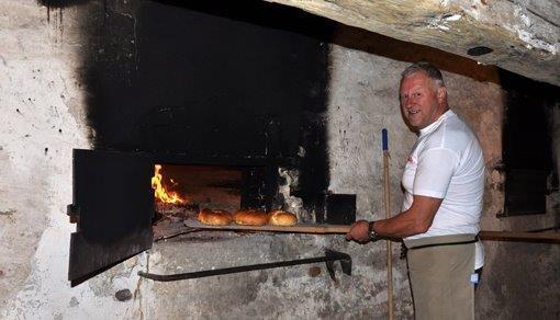 En sjelden gang bakes det fremdeles i det gamle bakeriet. Her er baker Niels Halkjær ved de gamle ovnene.