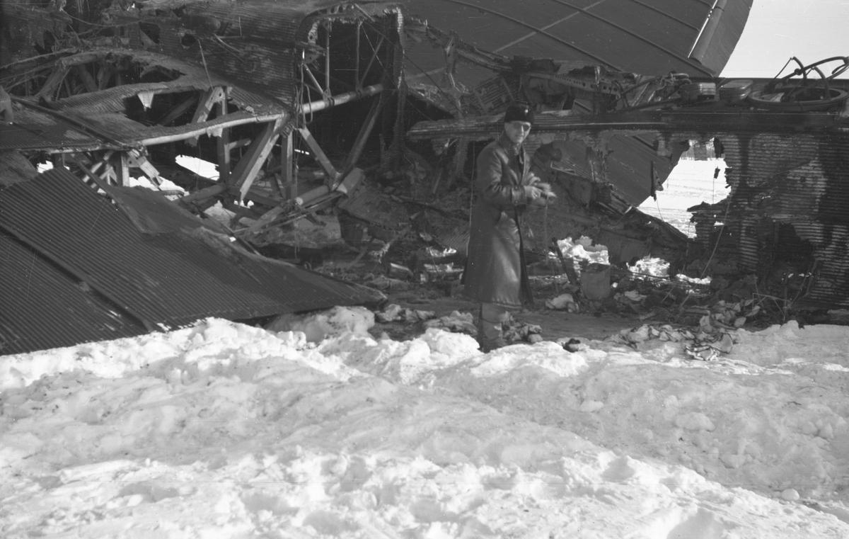 Nedskjutet sovjetiskt bombflygplan TB-3 märkt nummer 22198 vid Svenska frivilligkåren i Finland, F 19. En militär undersöker vraket.