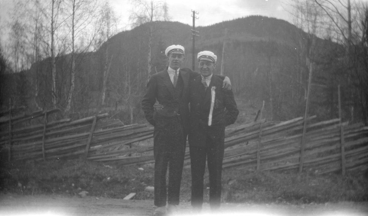 To menn med musikkorps-luer, den ene med 17. mai-sløyfe i Vestre Gausdal