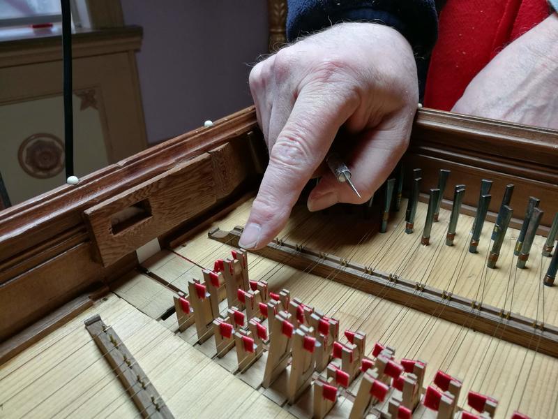 Detaljer fra mekanismen som gir cembalo den særegne lyden. (Foto/Photo)