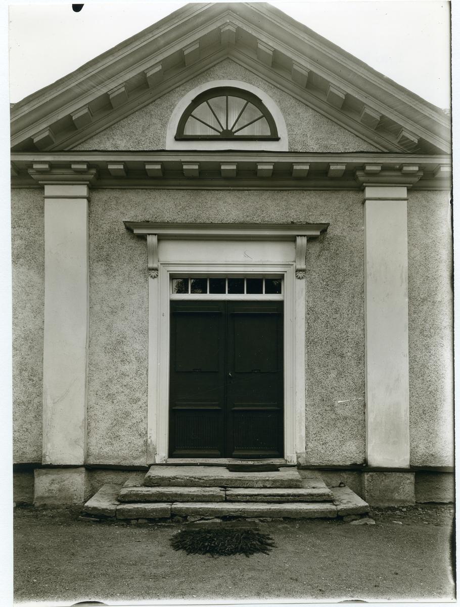 Götlunda sn, Kåsätter.  Del av herrgårdsbyggnad med dörr,  fronton och risaliter.