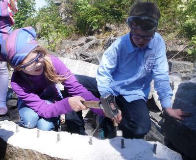 Kilehull må lages før stenen kan klyves i to.. Foto/Photo