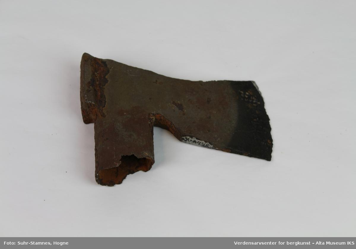 Form: Nakke m/hammer, liten skafteåpn. med skaftemansj