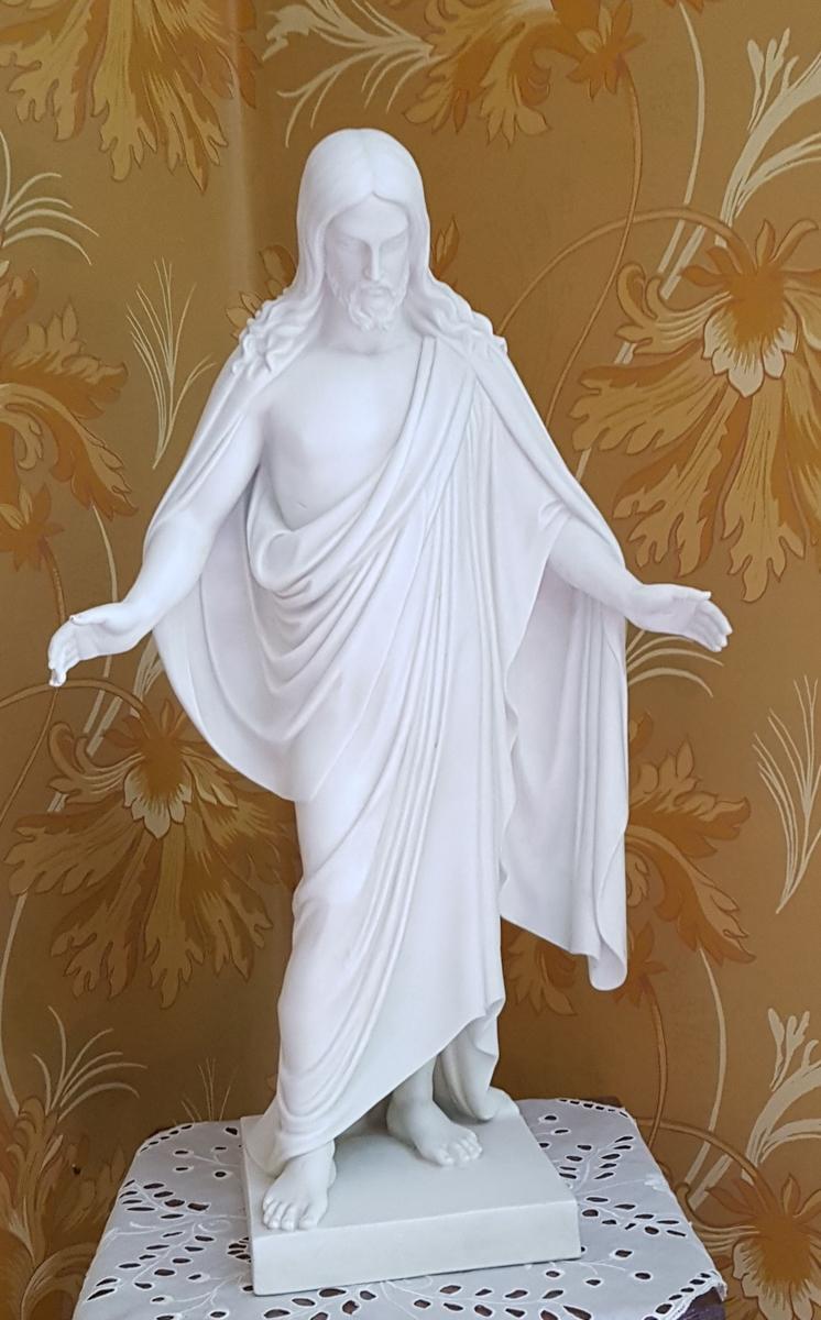 Hvit figur av porselen, forestiller Jesus.