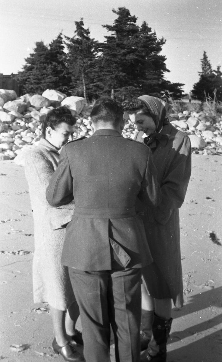 En ung mann og to unge kvinner. Bekjente i Halifax. På badestranden i Chester. Suderøy på vei til fangstfeltet.