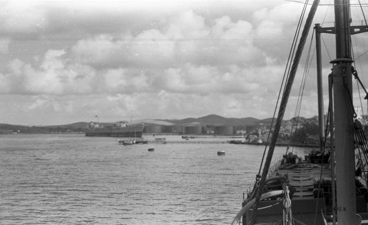 Caracas Bay med oljetanker i bakgrunnen. Skip oppankret. Suderøy på vei til fangstfeltet.