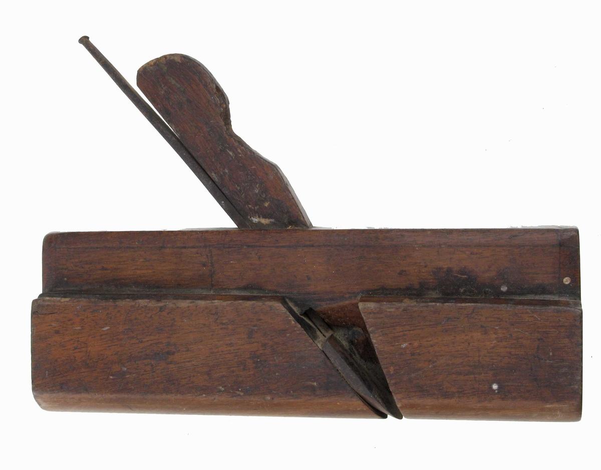 Mørk brun polert høvel med en avtrapning og rund såle.