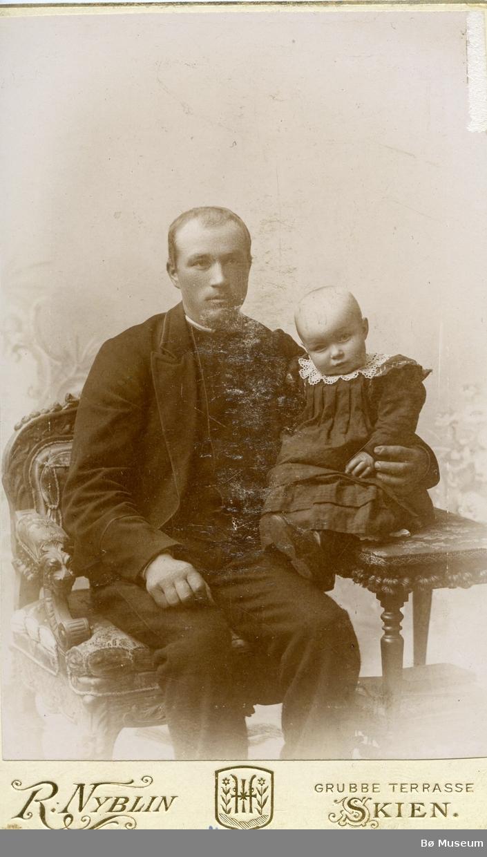 Portrett av Halvor O. Torstveit med datter Bergit