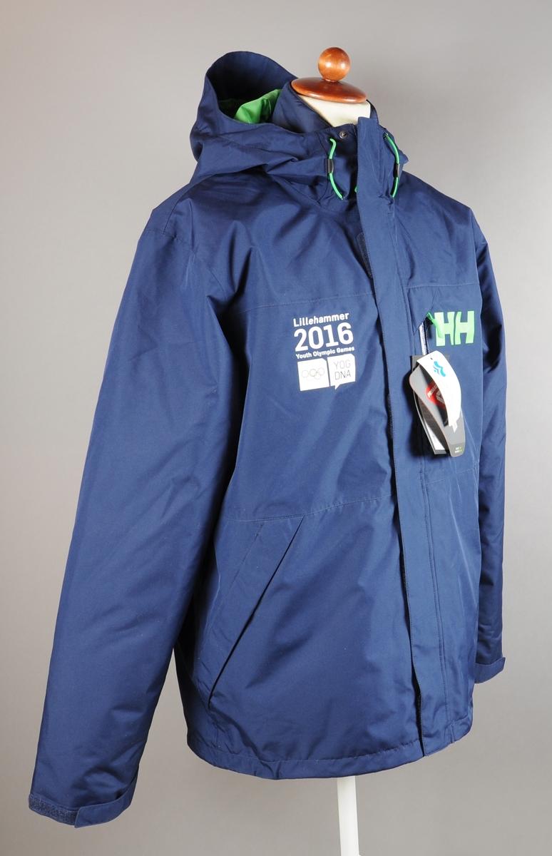 bca406c0 Mørkeblå jakke med logo for Ungdoms-OL 2016 på høyre og produsentens logo  på venstre