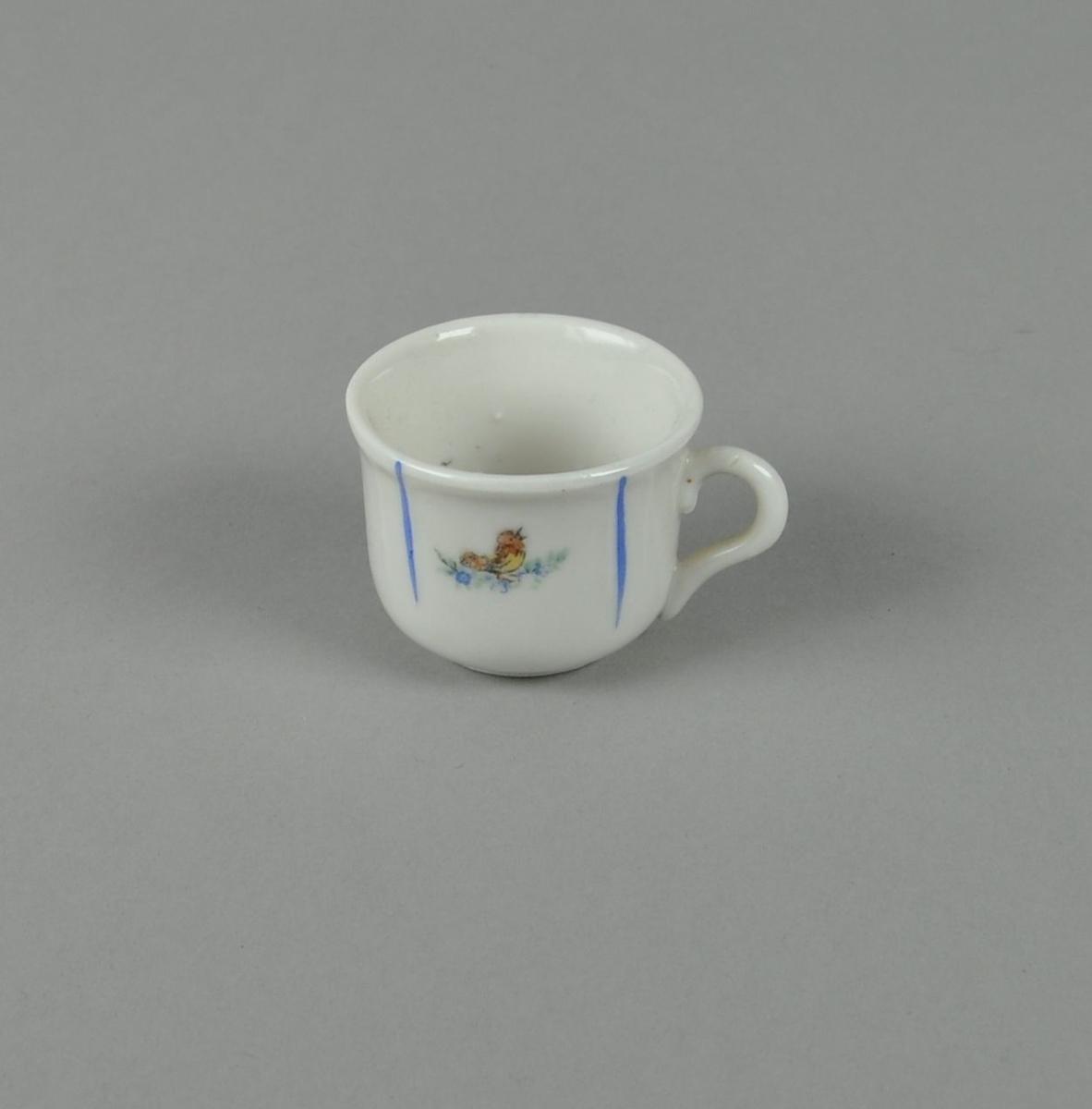 Hvit kopp av glassert keramikk, med malt dekor av nedovergående blå striper og fugl i midten.