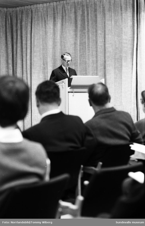 En stor serie bilder från pressvisningen av SCA:s nybyggda huvudkontor på Norrmalm. Direktör Eije Mossberg i talarstolen på första bilden.
