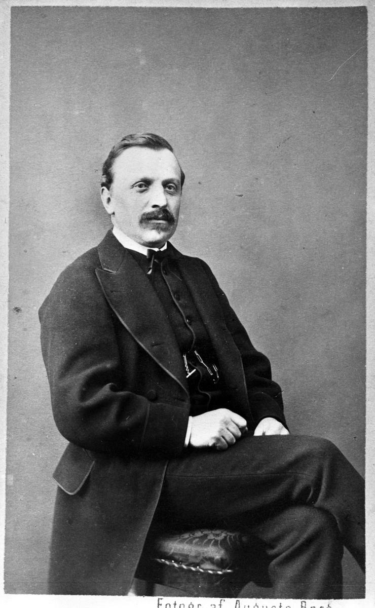 Ingenjör Harald Asplund (f 1831 - d 1904). Chef vid Kristinehamns Mekaniska  Verkstad 1856 - 1880. Trafikchef och Baningenjör vid CSJ Lokkonstruktör hos Muktells Mekaniska verkstsd 1851 - 57