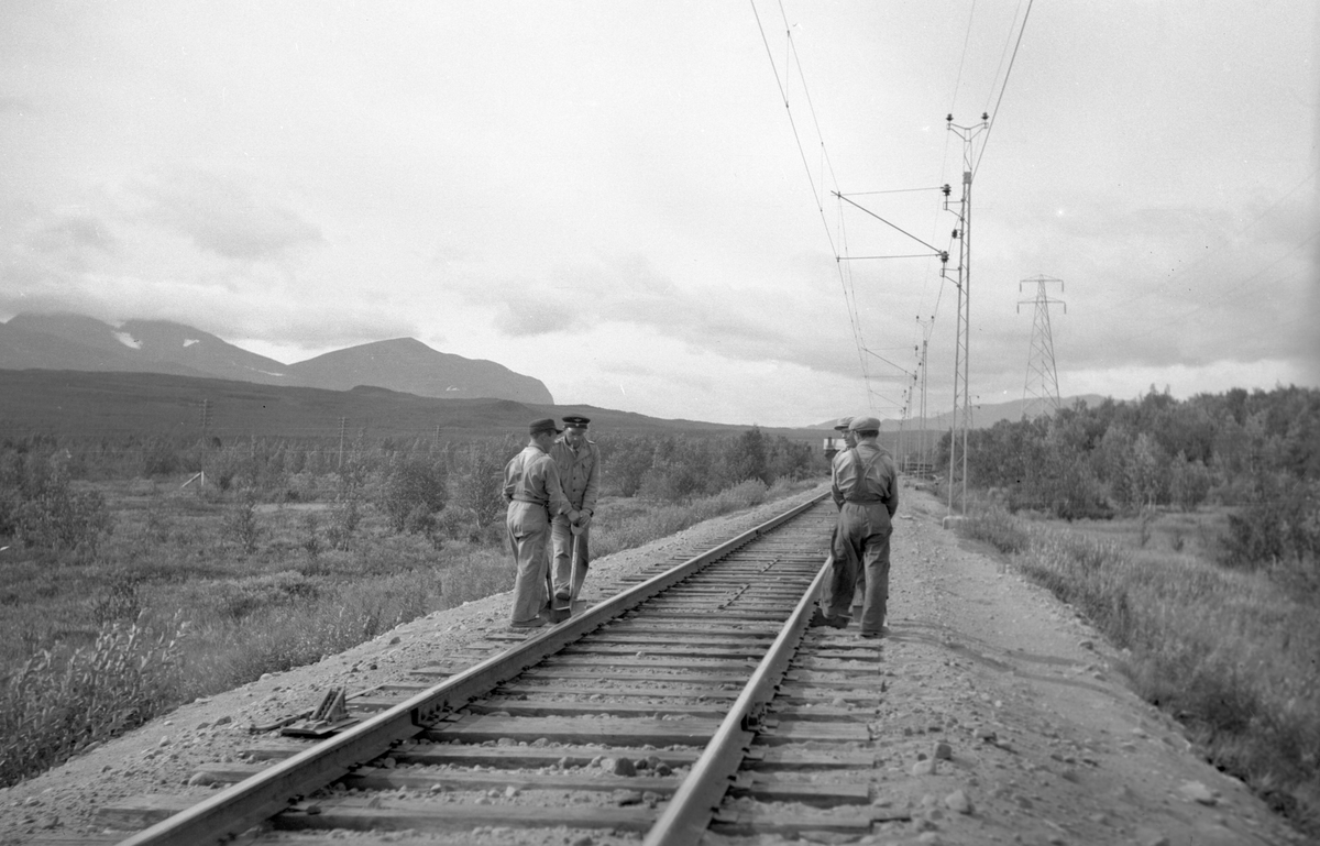 Linjebild mot Bergfors, de jobbar med att spad stoppa spåret. Det man lyfter spåret med kallas groda ligger till vänster.