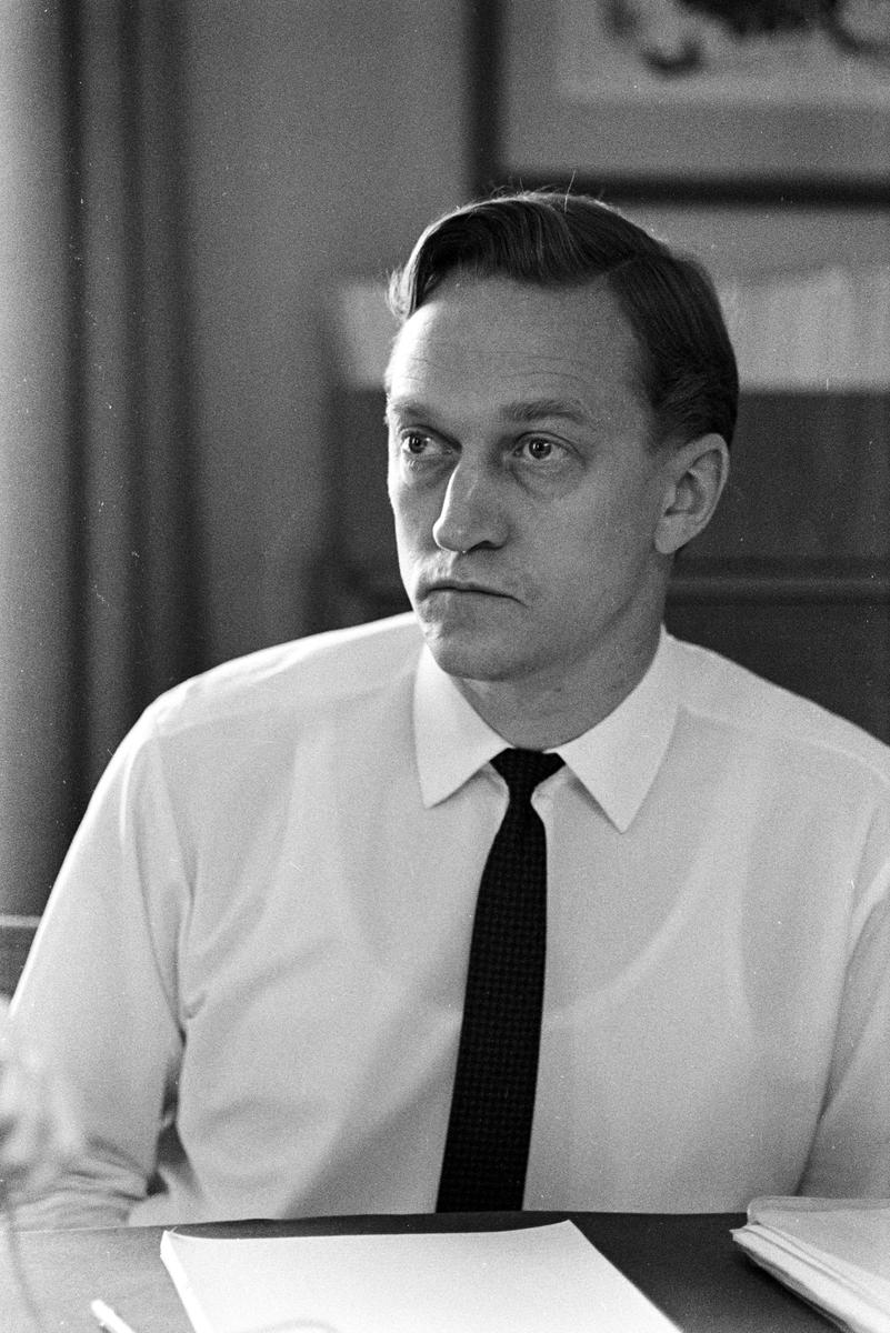 Nyutnämnd, Generaldirektör Lars Peterson. Intervjuas av Bra Holvid på Kom.-departementet