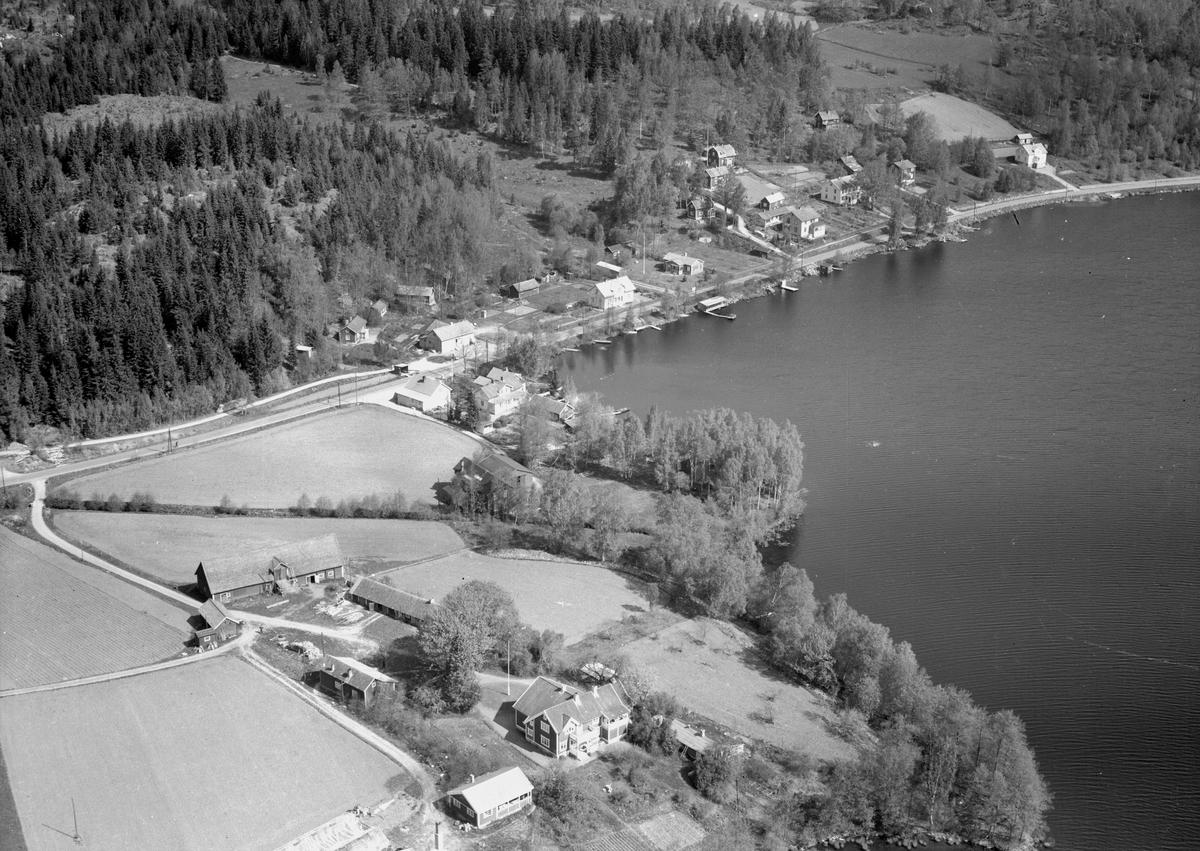 I förgrunden syns det gamla officersbostället Finnarp. Närmast i bild paviljongen och huvudbyggnaden. Till vänster arrendators-bostad, ladugård och uthus. Vid viken av sjön syns handels-fastigheten Sjövik, som etablerades 1898. På 1930-talet drevs här mejeri. Mellan Finnarp och Sjövik skymtar Bunns snickeri, som hade ett 10-tal anställda. Första huset till vänster utmed vägen är godsmagasinet till Gripenbergsbanan och därefter till höger ligger Bunn stations stationshus. Bakom magasinet ligger backstugan Sjöaslätt, som byggdes på 1830-talet. Ladugården är ombyggd till samlingslokal. Nästa vita hus är backstugan Sjöbo och nästa större vita hus är Bunnsholm, som hade telefonstation. Sista vita hus är Bunnsdal, som byggdes 1947. Så kortet är taget efter 1947.
