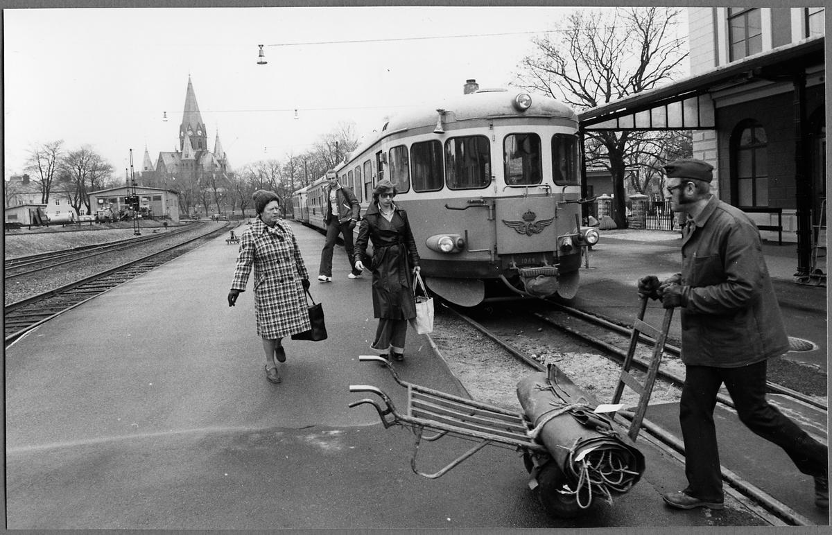 Persontåg 2641 anländer till Västervik station. Motorvagn, Statens Järnvägar, SJ Y8 1069. Tåget ska något senare avgå mot Linköping.