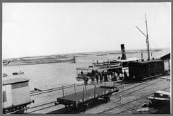 Sunnanå hamn med ångbåten Kinnekulle.