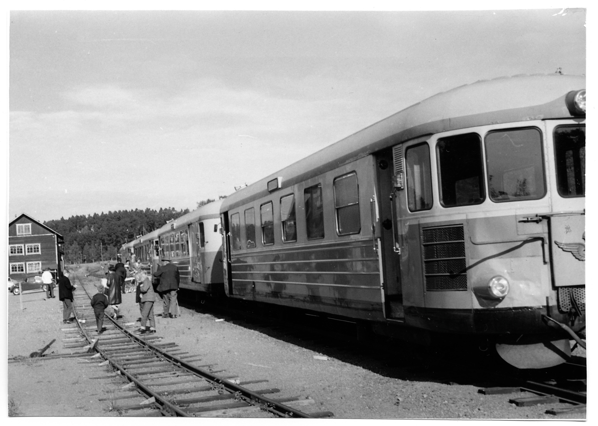 Sista dagens persontåg vid Ringarum station.