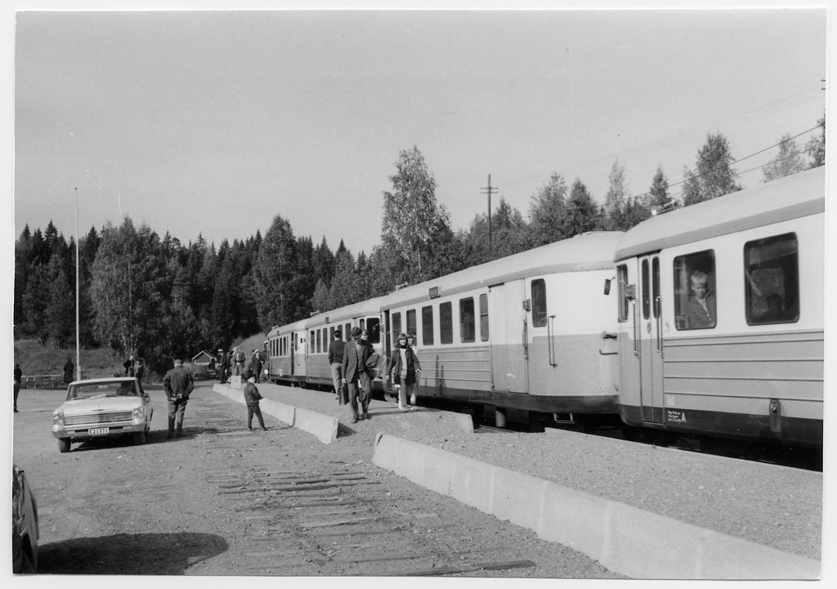 Sista dagens persontåg vid Gusum station. Statens Järnvägar, SJ YP 810.