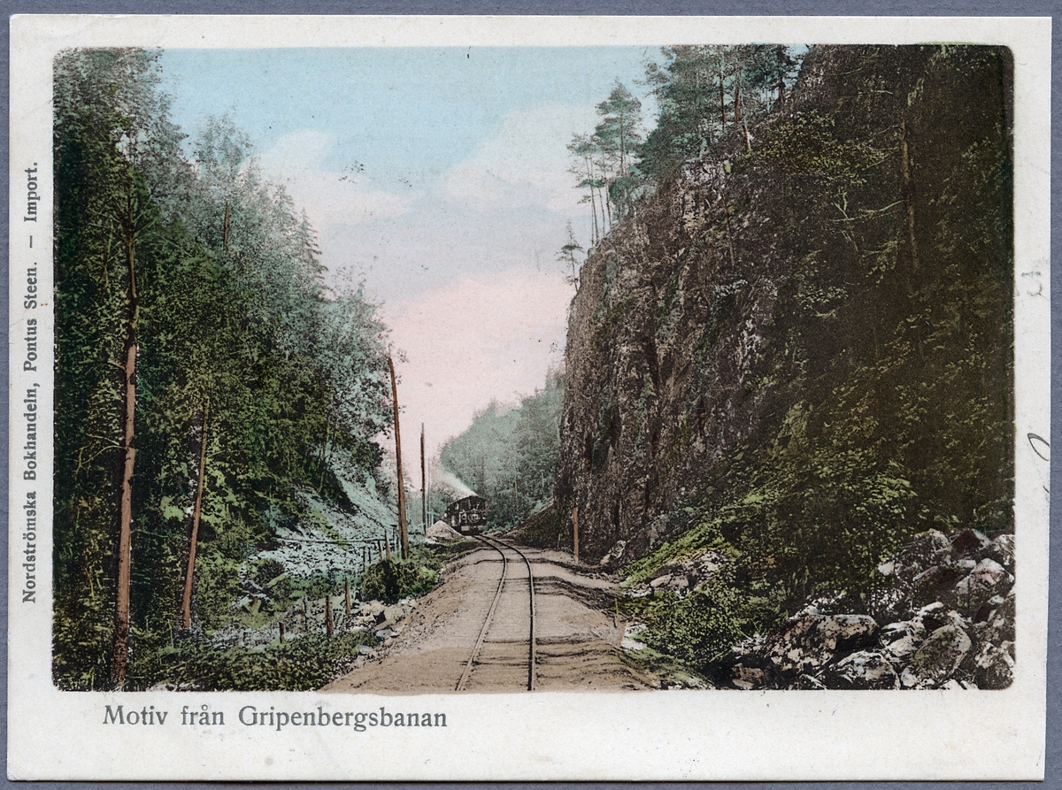 Kortet är taget i sprickdalen Ingerydsdalen mellan stationerna Bunn och Brötjemark. Tåget är väg västerut mot stationen i Brötjemark och vidare till Jönköping.