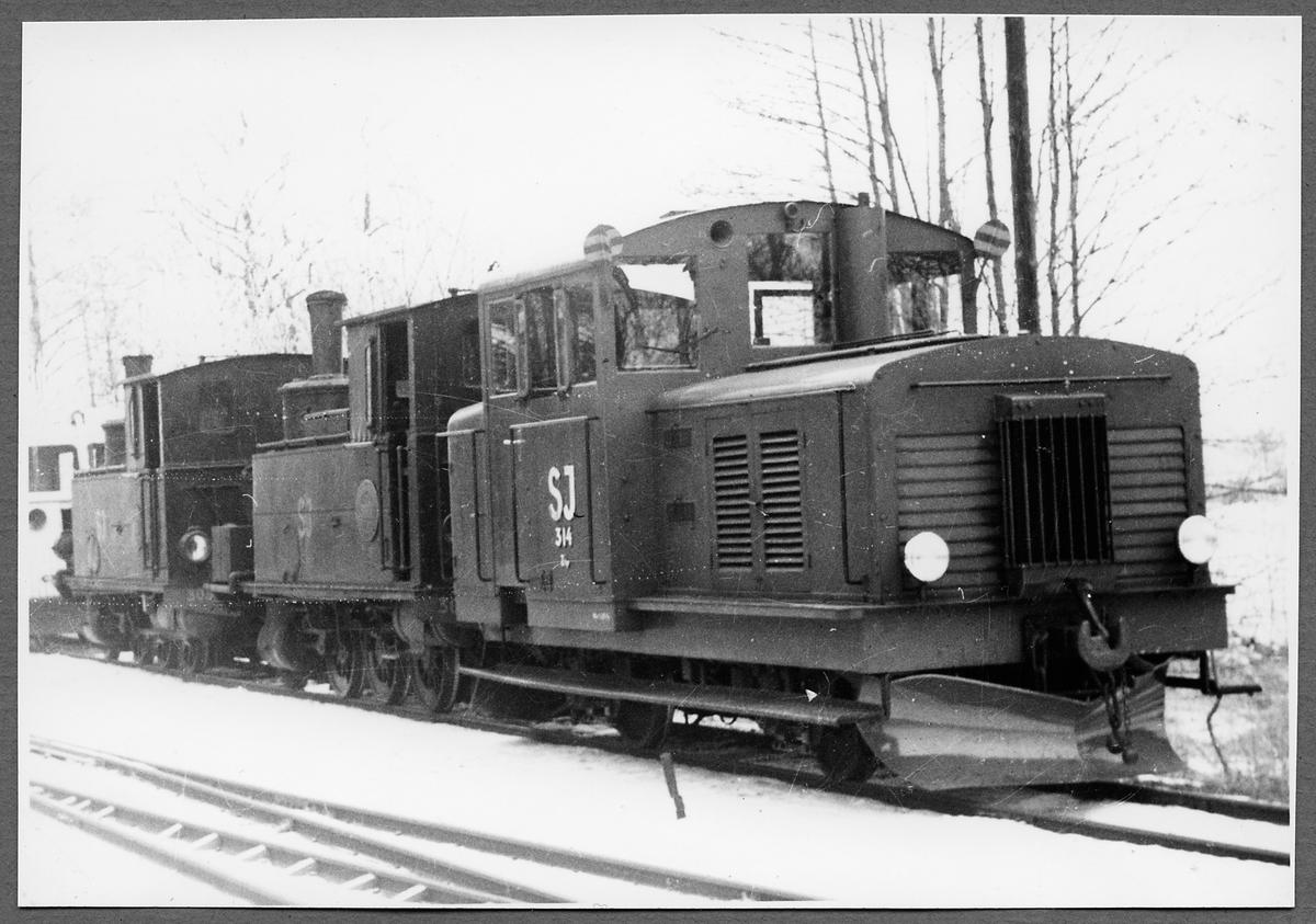 Statens Järnvägar, SJ Z4p 314 transporterar SJ S11p 3055 och SJ S11p 3056 till skrotning.