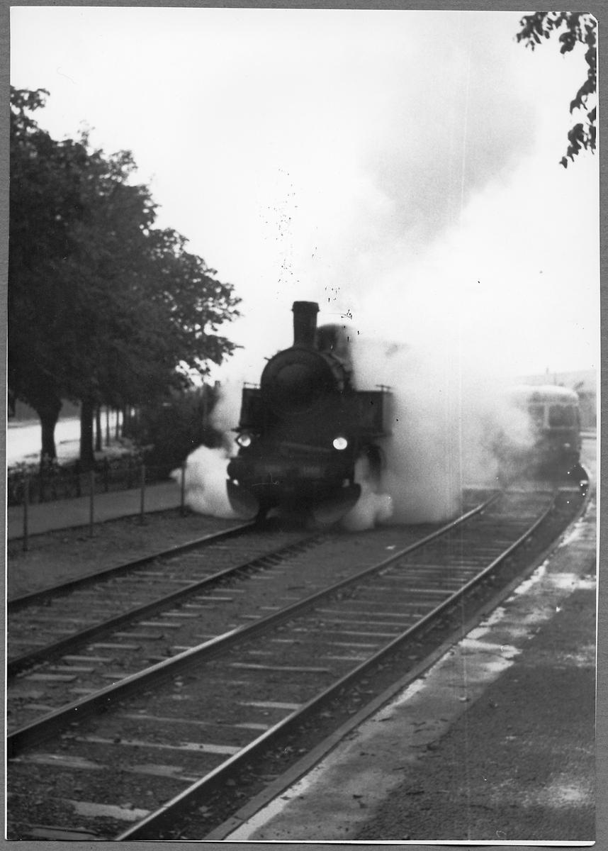 Malmö - Ystads Järnväg, MYJ 100 årsjubileum. Persontåg nummer 102 draget av Statens Järnvägar, SJ S 1260 avgår från Ystad station.