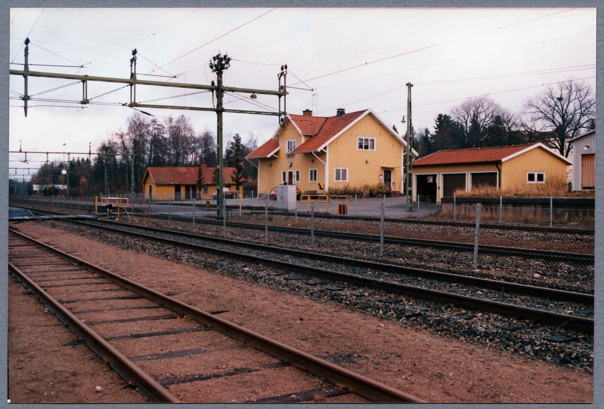 Stationshuset samt bangården i Gårdsjö.