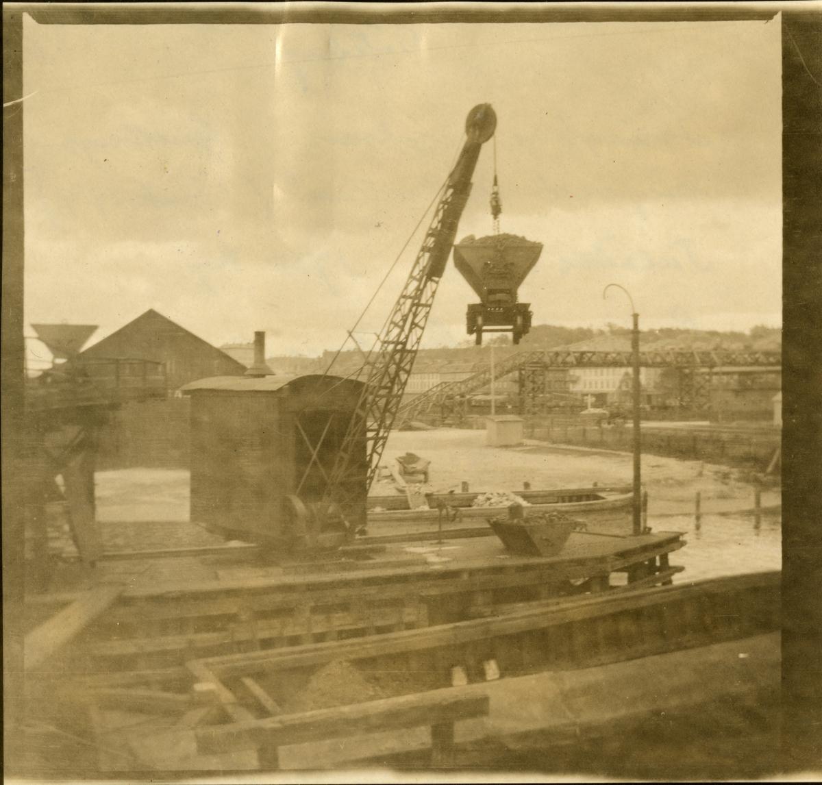 Svängbar ångkran, Gullbergån, vid Olskroken. (järnbruk 1919). Tillåten belastning 1750 kg. Leverantör: Göteborgs mekaniska verkstad.