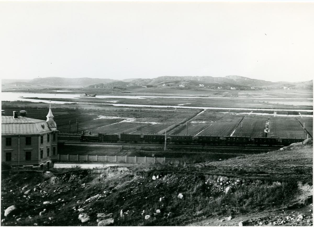Stationen öppnades 1876 för godstrafik och 1881 för persontrafik. Statens Järnvägar och Bergslagernas Järnvägar byggde 1877 stationshuset för föreningsstationen. Det revs 1929 och ersattes av ett nytt, alldeles intill det äldre. Olskroken nedlades 1980 för persontrafiken och nu finns inga synliga rester av stationen.