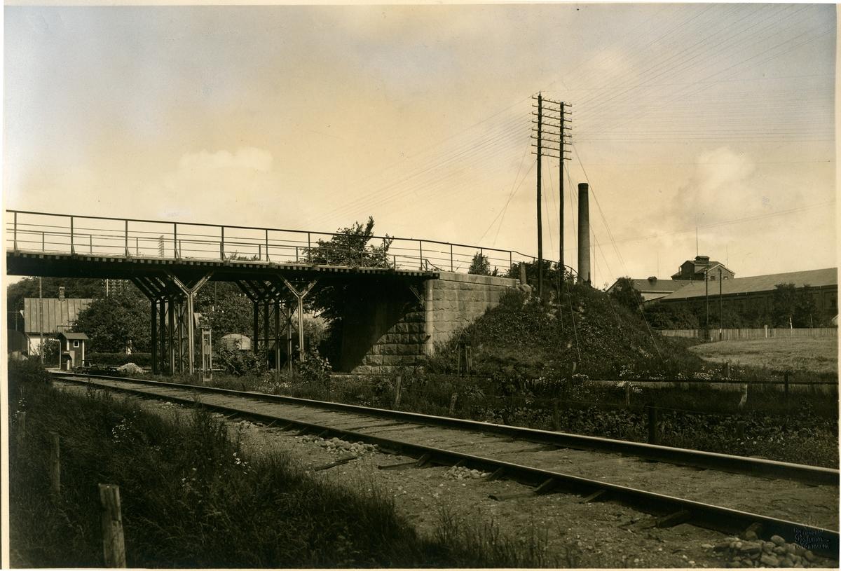 """""""Vägporten"""". Viadukten vid Staffanstorp. Lund-Trelleborgs Järnväg,, LTJ. 1875 öppnades banan för trafik. Tillhörde Lund-Trelleborgs Järnväg, LTJ mellan 1875-1919.  1919 -1940 tillhörde den Landskrona-Lund-Trelleborgs Järnväg, LLTJ. Banan förstatligades 1940 och lades ner 1960."""