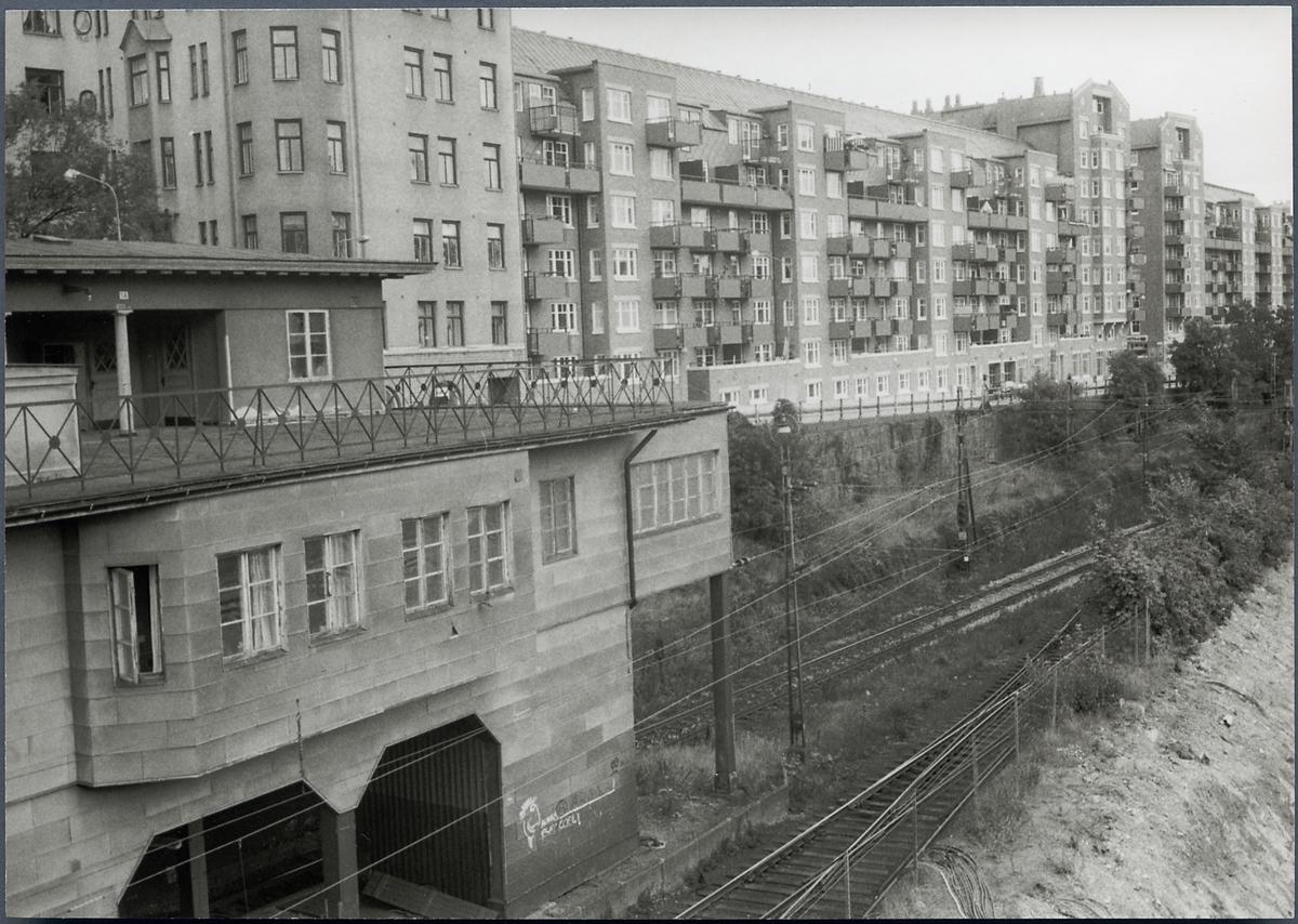 Stockholm Södra station, byggd 1926. Bangård och hyreshus i bakgrunden.