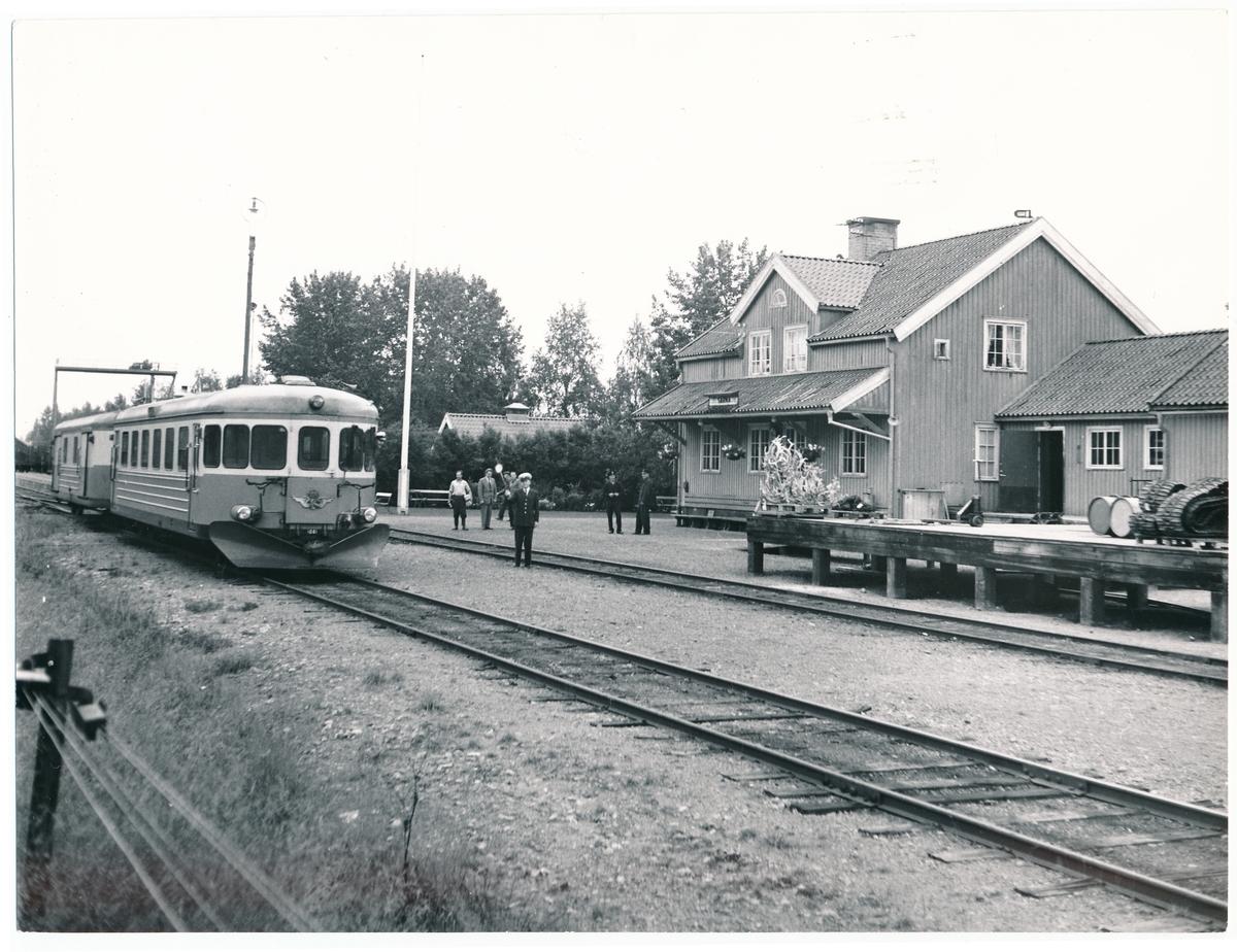 Statens Järnvägar, SJ YB06 1081. Sista tåget med persontrafik får avgångstsignal av tågklareraren H. Johansson vid Särna Station.