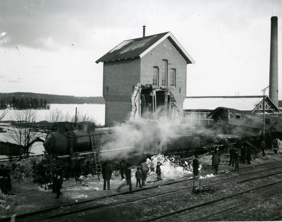 Statens Järnvägar, SJ B 1314, SJ C3d 2114. Tågolycka i Holmsveden 1917-02-16. Snälltåg 3048, draget av ånglok SJ B  1324, leddes på grund av en fellagd växel in på ett sidospår och spårade ur.