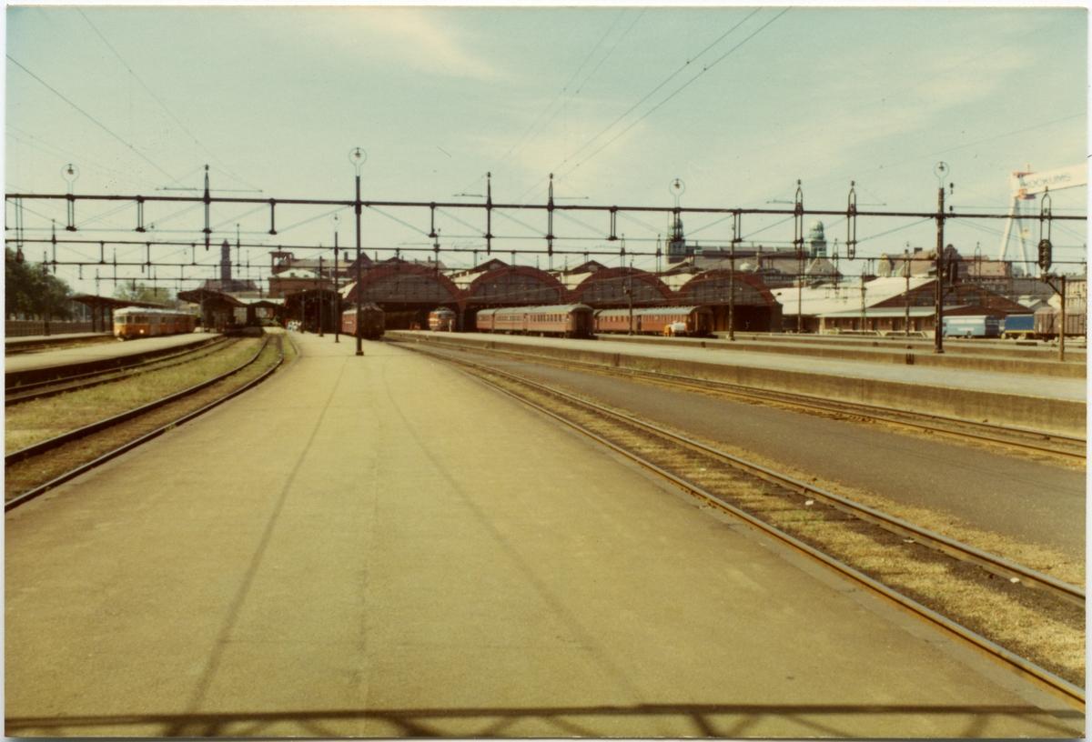 Malmö stationsområde med statens järnvägars motorvagnståg SJ Y6 .