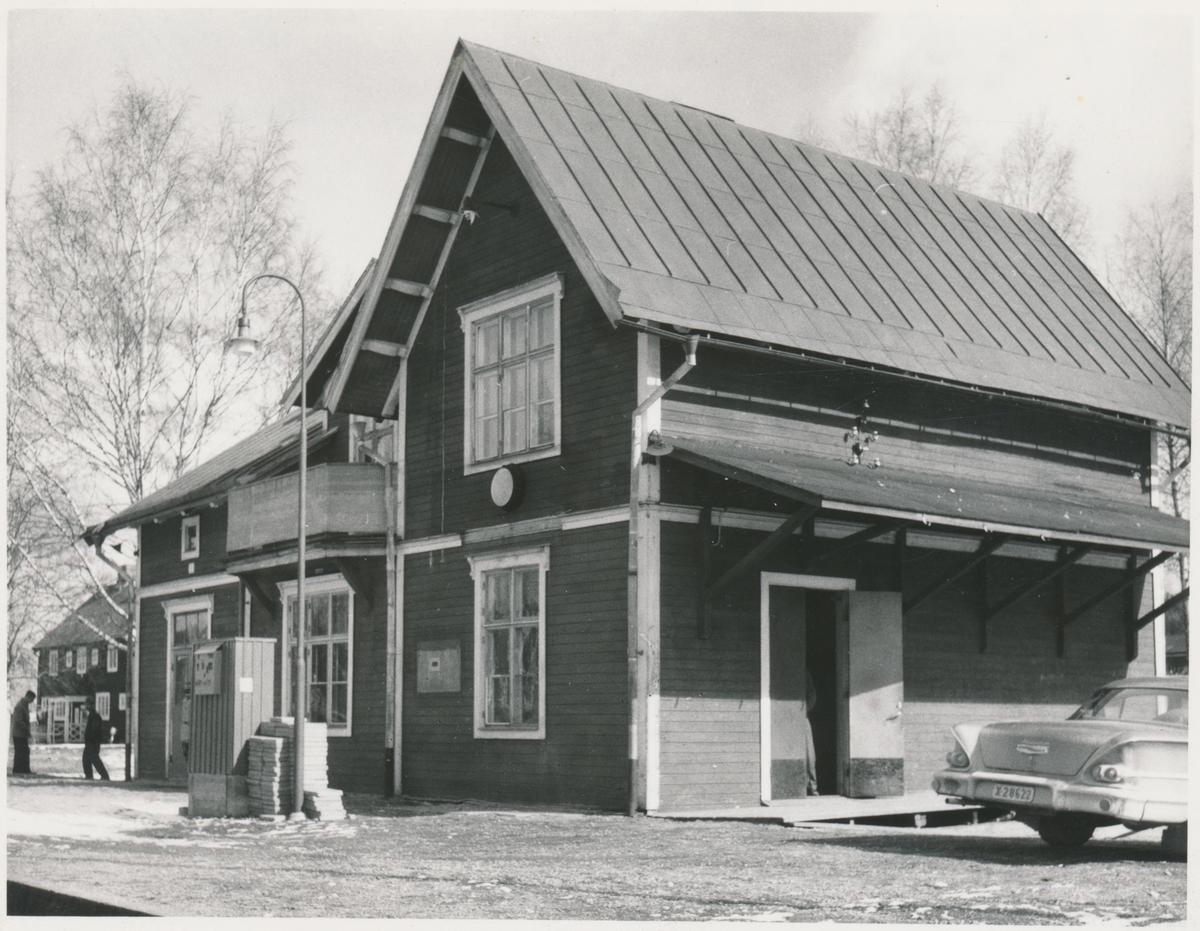 """Voxna stationshus. Dala - Hälsingland Järnväg, DHdJ. """"Bakparti på en 1958 Cheva Bicane""""."""