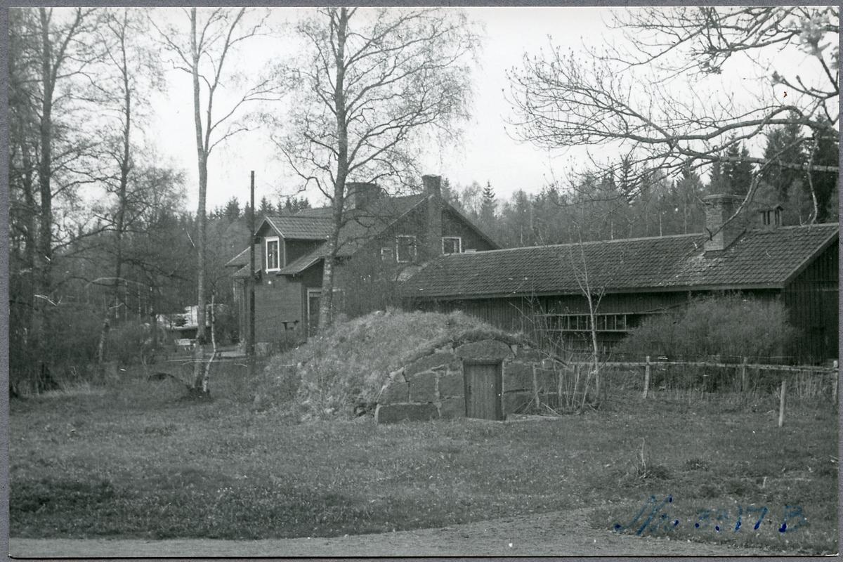 Lidnäs stationshus från trädgården.