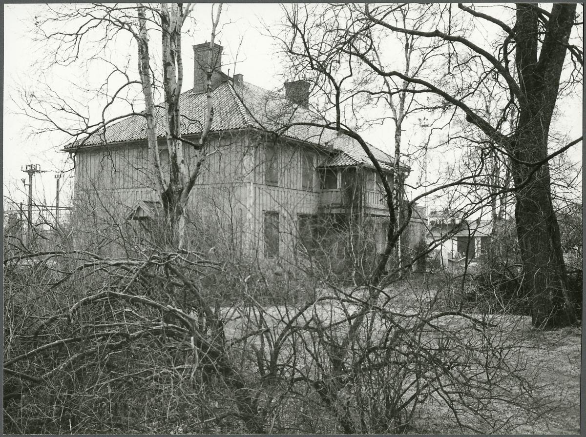 Äldre byggnad längs järnvägen.