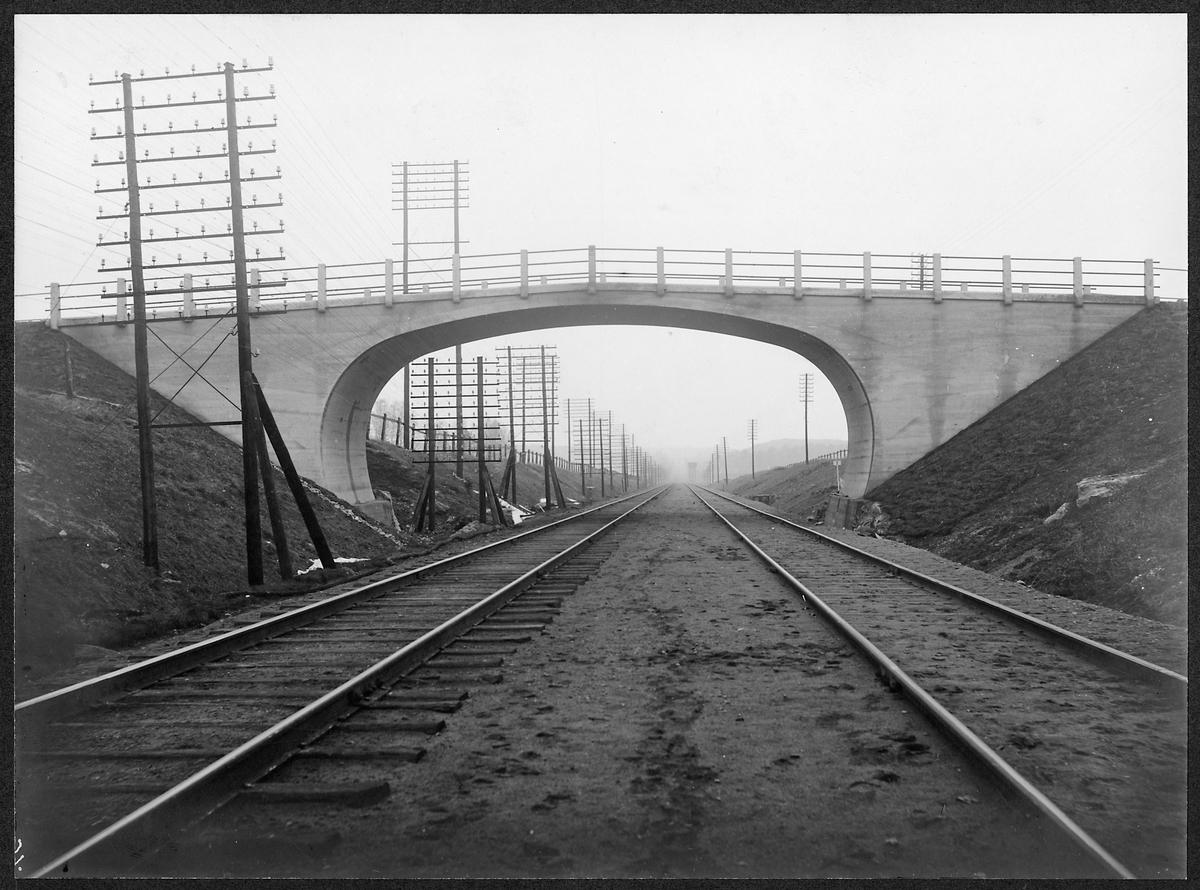 Dubbelspår under bron i Bankesta, km skylt under bron 2.